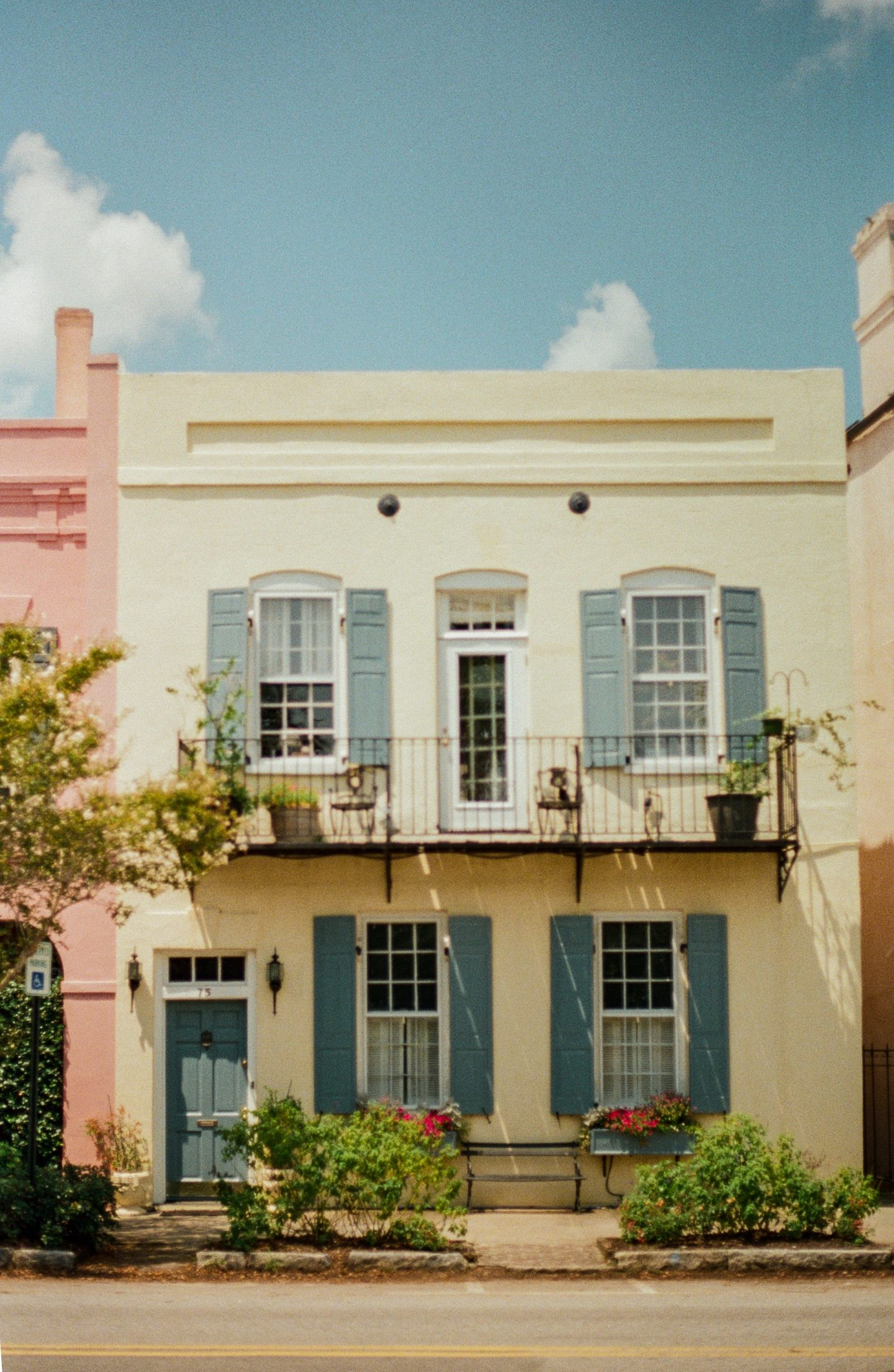Charleston, South Carolina is in my top 10 favorite beautiful places in the US to visit.